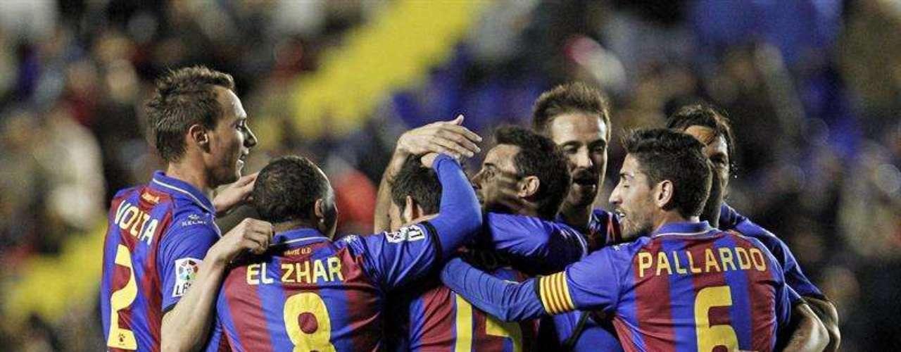 Los jugadores del Levante celebran el primer gol de su equipo, marcado por defensa griego Nikos Karabelas (2d, de espaldas), ante el Melilla, durante el partido de vuelta de los dieciseisavos de final de la Copa del Rey, disputado esta noche en el estadio Ciutat de Valencia.