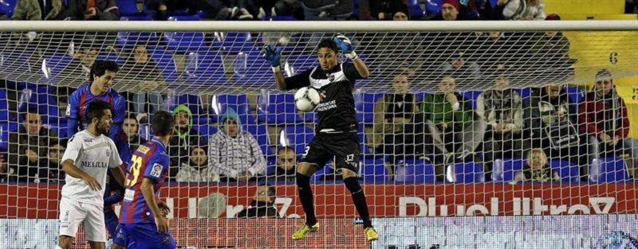 El guardameta costarricense del Levante Keylor Navas salta por un balón durante el partido contra el Melilla correspondiente a la vuelta de los dieciseisavos de final de la Copa del Rey, disputado esta noche en el estadio Ciutat de Valencia.