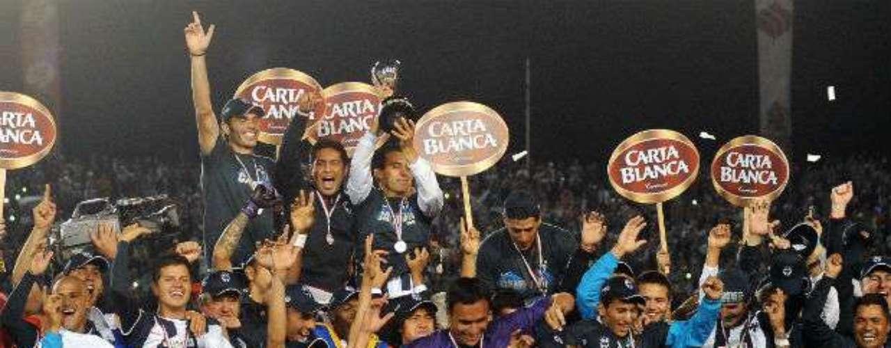 Rayados conquistó la corona del Apertura 2010 al doblegar por marcador global de 5-3 al Santos. Víctor Manuel Vucetich le dio a Monterrey su cuarto título en su historia.