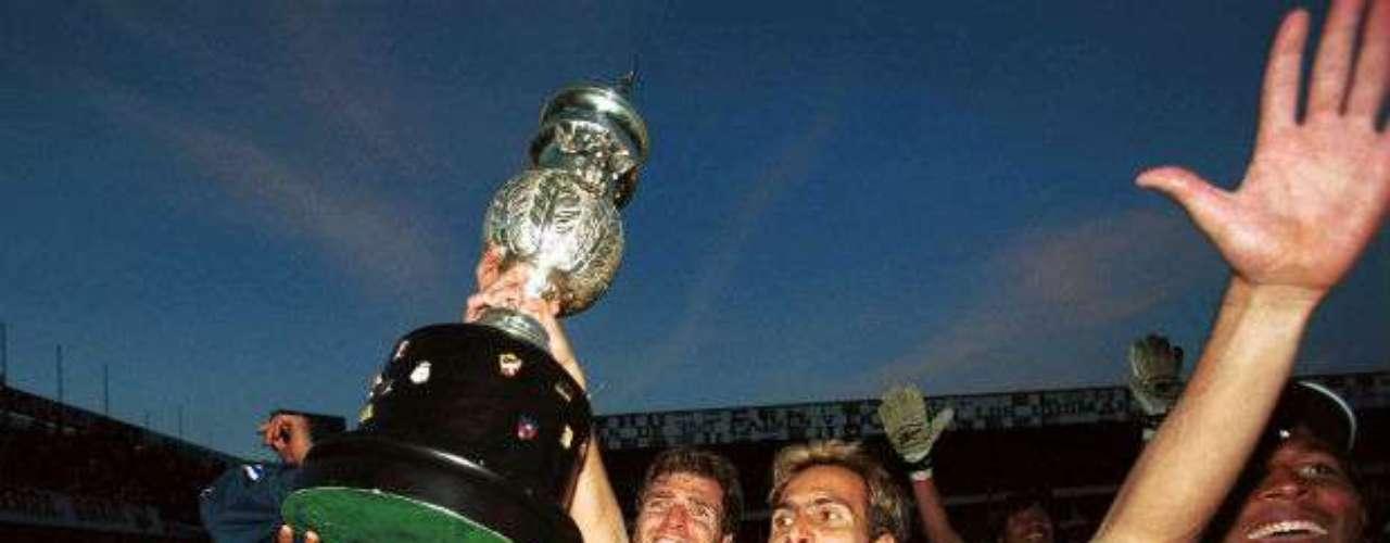 Morelia ganó su primer y único título en el Invierno 2000 al vencer por penales al Toluca. Luis Fernando Tena era el DT de Monarcas.