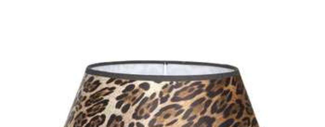 Si no te atreves con mobiliario en animal print siempre pruedes promar con una lámpara. Esta pantalla de Zara Home puede ser tuya por 39,99 euros.