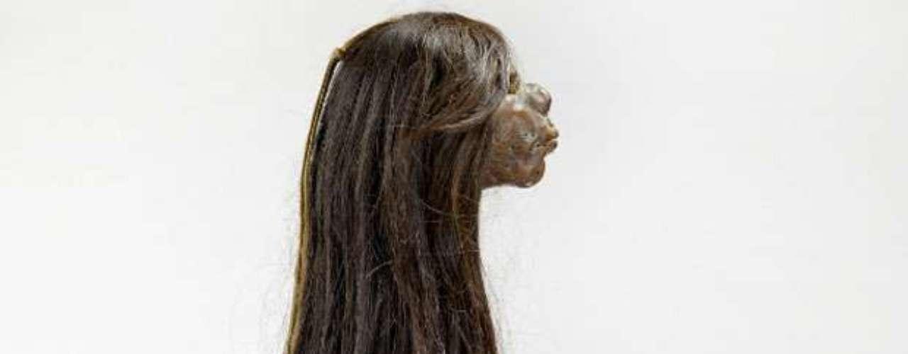 En la foto vemos la cabeza con pelo de un prisionero, reducida por los indígenas shuar de Ecuador. En algunas culturas, se fabricaban objetos con el cabello de los muertos, ya que se pensaba que estos objetos tendrían poderes mágicos.