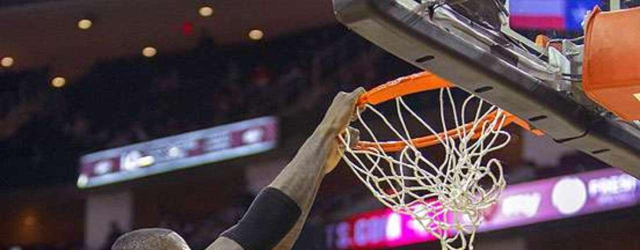 Raptors vs. Rockets: Ed Davis (32) clava el balón ante la marca de Greg Smith (4).