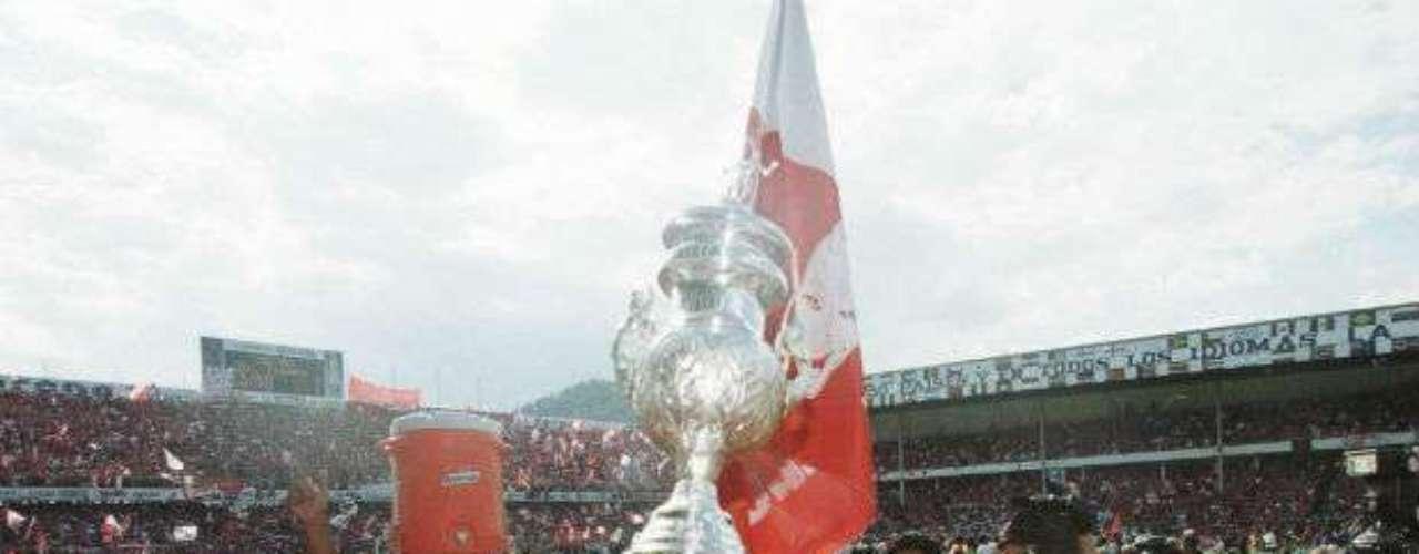 Toluca no tuvo piedad en el Verano 2000 al  vencer por global de 7-1 al Santos. Enrique Meza condujo a los Diablos al título.