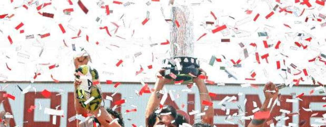 En una final dramática definida en penales, Toluca se impuso al Santos en el Bicentenario 2010. José Manuel de la Torre guío a los choriceros a su décima estrella.