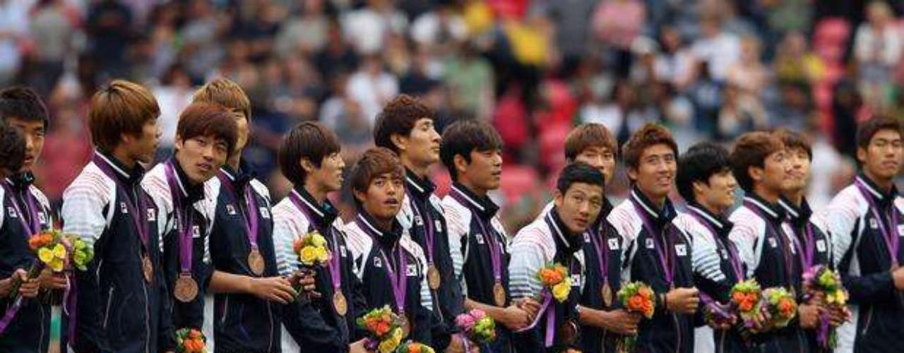 Al futbolista Park Jong-Woo no se le permitió subir al podio a recibir su medalla de bronce, por exponer una pancarta con una proclama política. El mensaje decía: 'Dodko nos pertenece'.
