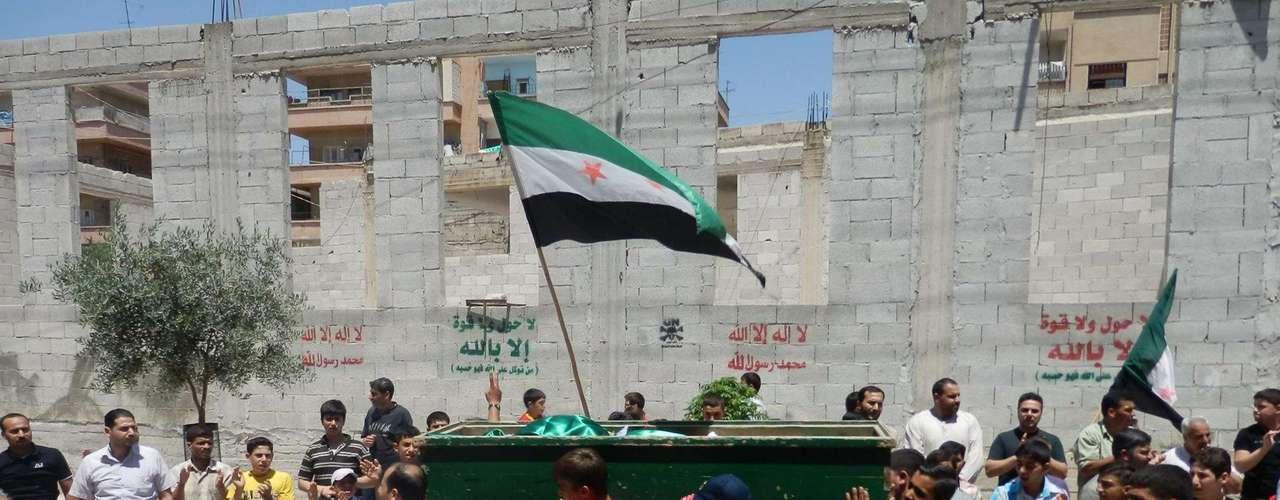 El ataque mató por lo menos a 78 civiles, muchos de ellos mujeres y niños. La oposición siria y la comunidad internacional culparon a las fuerzas de Bashar Al-Assad, quien, una vez más, negó su responsabilidad.
