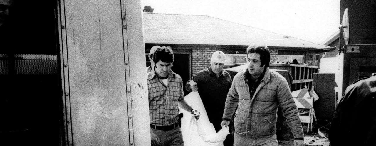 Cuando fue apresado, Gacy le dijo a los policías dónde había enterrado a sus víctimas. Al cabo de un solo día, rescataron 24 cuerpos, todos descompuestos.