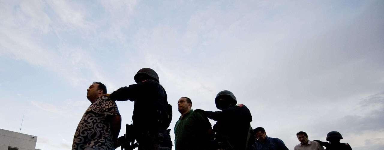 La cifra de las Fiscalía incorpora las detenciones realizadas por la Policía Federal, así como el Ejército y la Marina, instituciones que Calderón involucró en la lucha frontal contra el crimen organizado que lanzó al inicio de su mandato en diciembre de 2006.