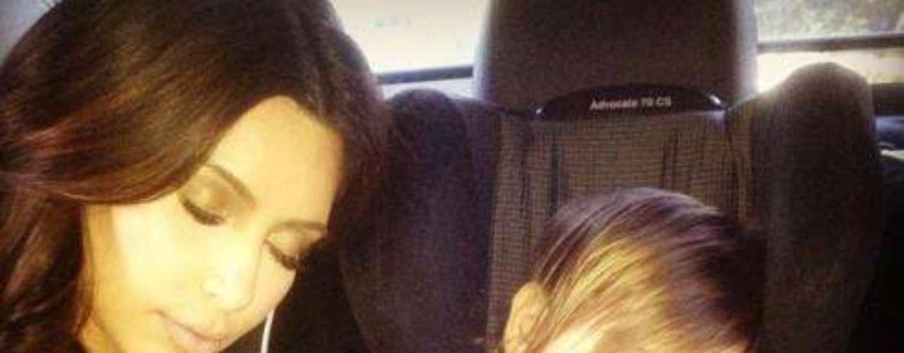Kim Kardashian es muy apegada a su familia. Siempre que puede, disfruta de la compañía de su sobrino Mason. En esta ocasión la guapa socialite publicó una foto suya durmiendo con el niño en el asiento trasero de un coche