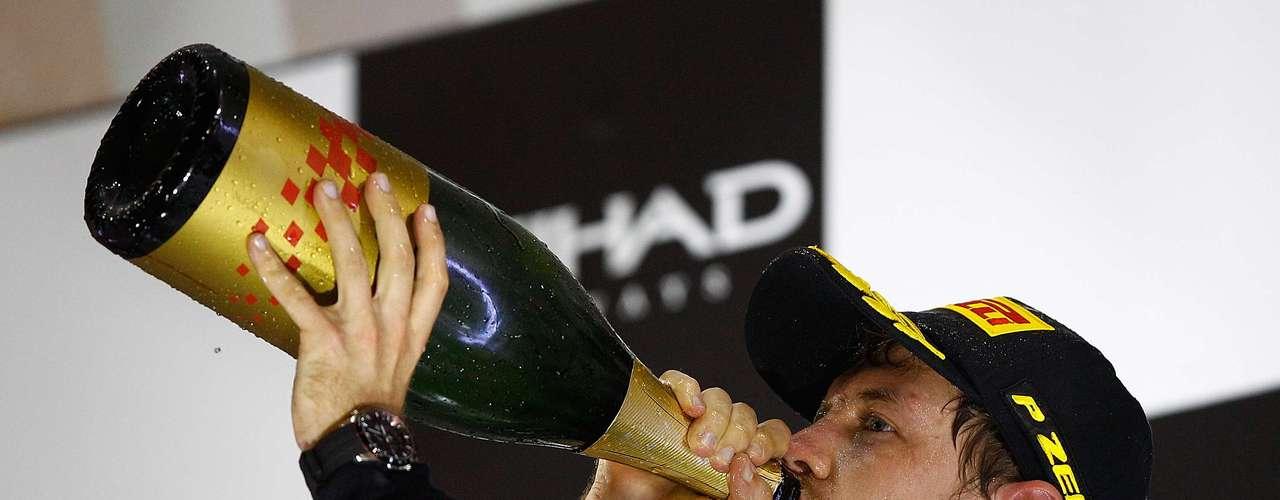 En uno de los certámenes más parejos de los últimos tiempos, el germano se ubicaba a esa altura de la competencia en la tercera posición con 122 puntos, dos menos que su compañero de equipo, Mark Webber, y a 42 del puntero Fernando Alonso.