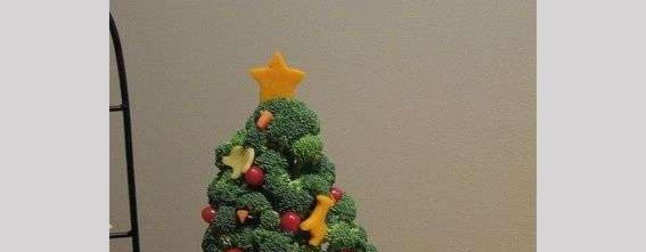 El material que necesitas se encuentra en tu propia casa. Por ejemplo, ve al refrigerador, toma un poco de brócoli y crea un árbol como el de esta foto.