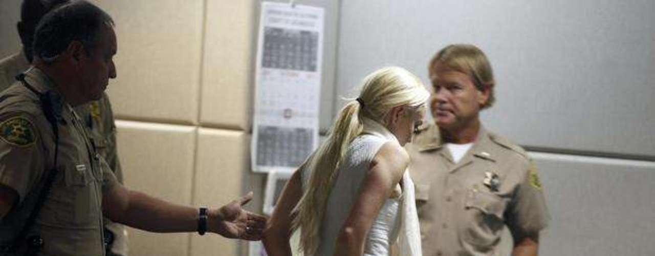 Tras el incumplimiento de la sanción fue esposada y tuvo que pagar una fianza y comprometerse con el servicio comunitario o podría volver a la cárcel.