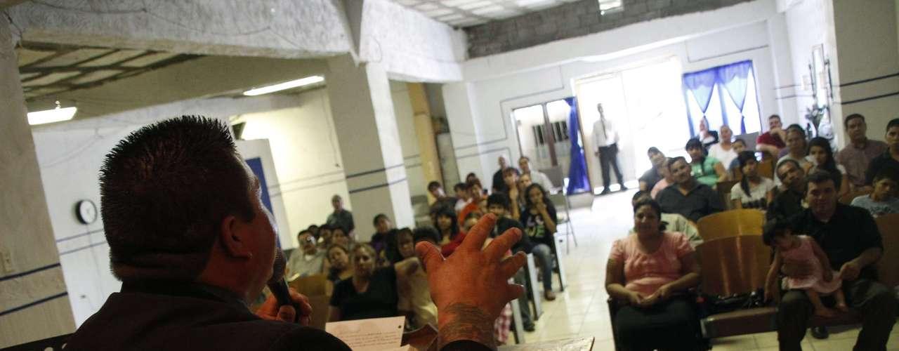 'Muchos padres malgastan su vida robándole a sus familias. Por eso, es que Ciudad Juárez es un caos', sostiene el pastor.