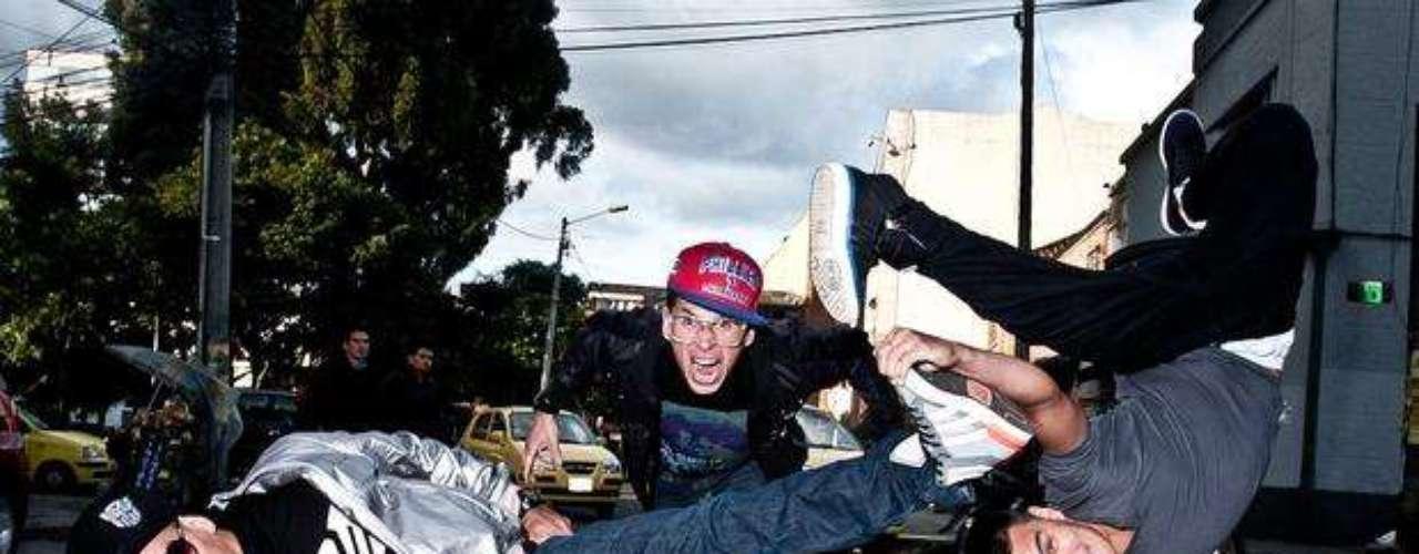 Crew Peligrosos prepara todos los juguetes, el colectivo prepara sus formatos de grafiti, dj, break y voz, para contaminar con cruda honestidad desde Aranjuéz, Medellín todo Estados Unidos. 'Mera vuelta' y todo el poder de un año apoteósico los coronarán en Austin.