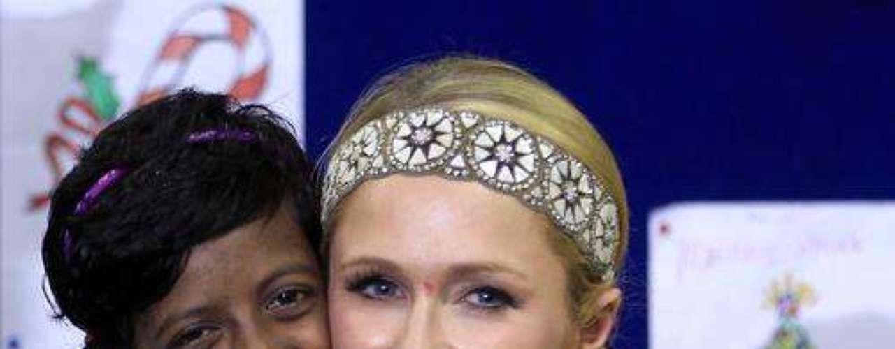 Paris utilizó este look floralpara visitar una escuela en la India. Muy apropiado para la ocasión.