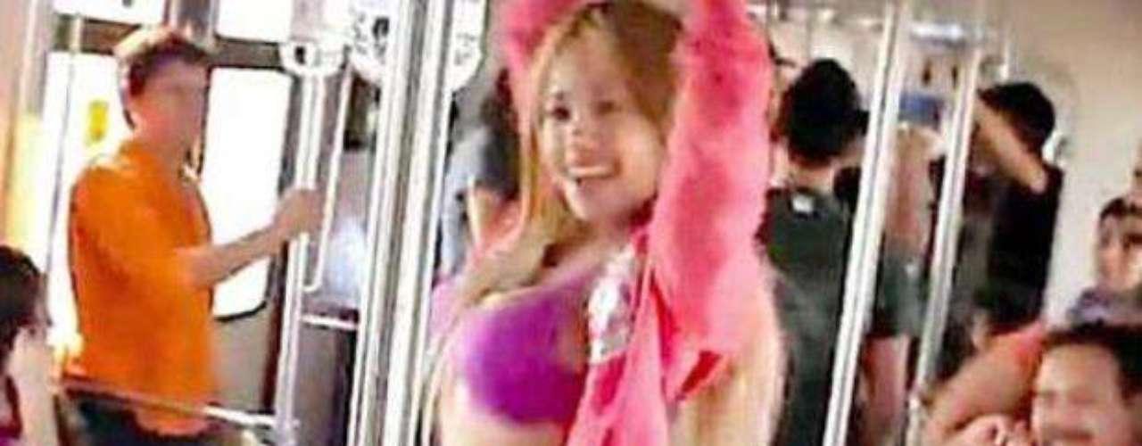 Mujer se desnuda en metro - Una bailarina exótica realizó un striptease en uno de los vagones del Metro en Monterrey para evidenciar la falta de seguridad en el transporte colectivo. jer Luna Bella o \