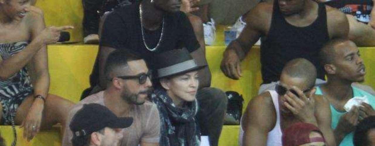A pesar del calor, Madonna iba bien cubierta con sombrero y un fular enrollado en el cuello.