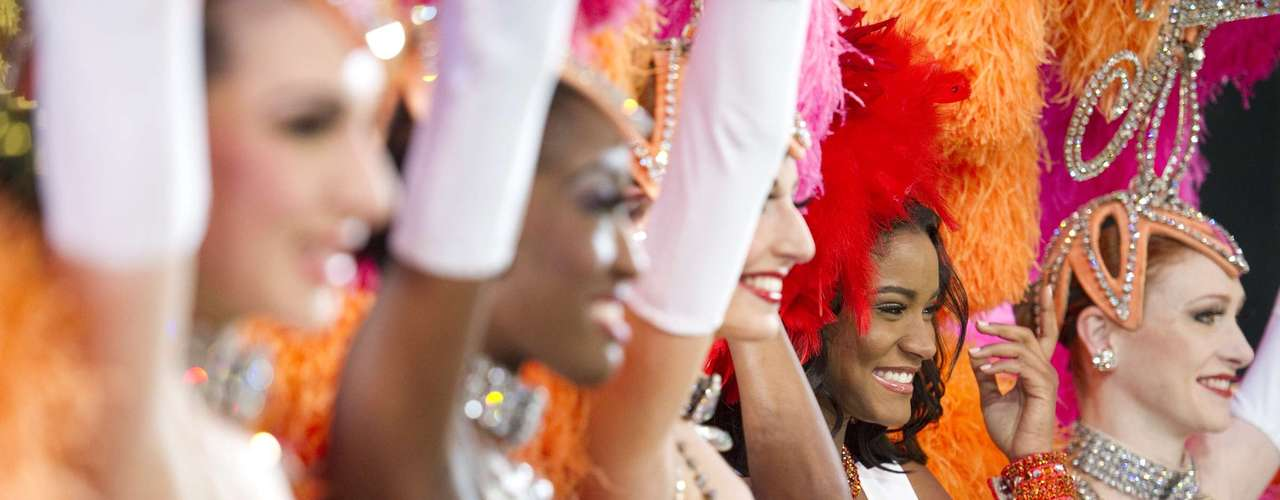 Al finalizar la actual Miss Universo, Leila Lopes, compartió la tarima con las coristas del show.