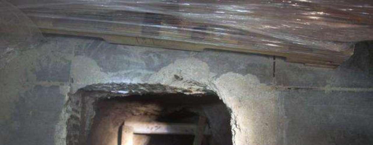 A principios de diciembre del 2009, las autoridades hallaron un túnel incompleto que recorría 275 metros (casi 900 pies) entre Tijuana y San Diego, con un elevador en la entrada mexicana.