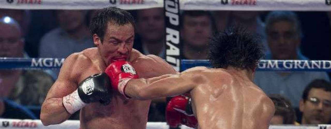 Los tres primeros asaltos fueron bastante parejo y con ligera ventaja para Pacquiao hasta que Márquez lo enganchó con un derechazo y lo envió a la lona por el conteo reglamentario.