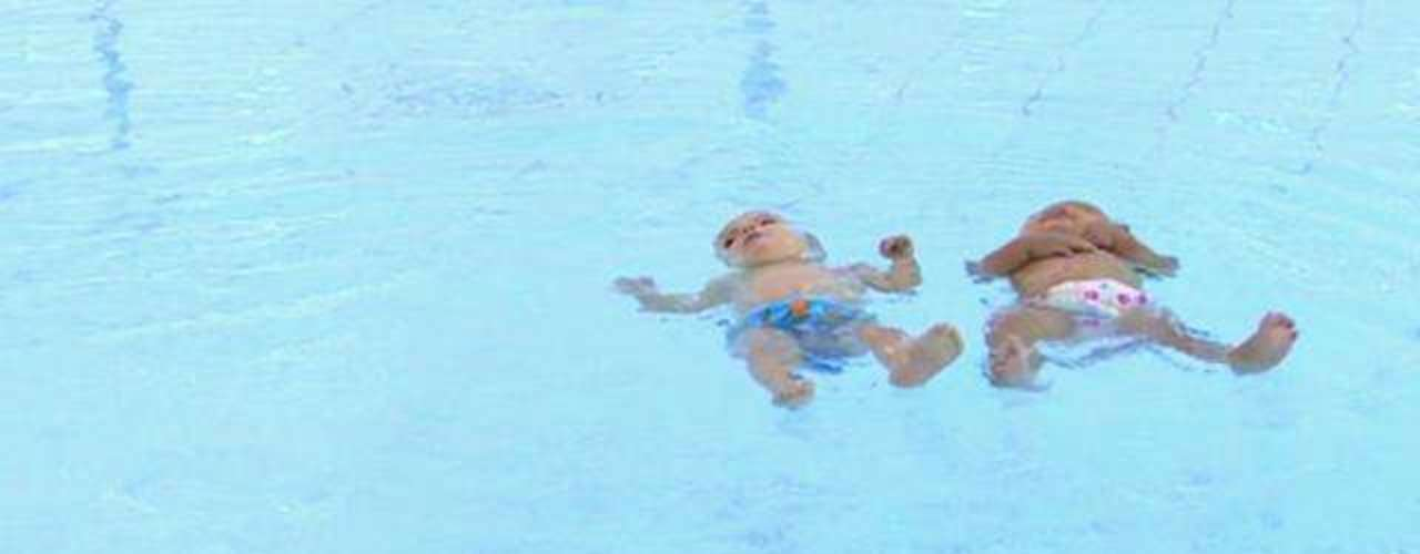7. Dos bebés de nueve meses que nadan casi como delfines. En Gloucestershire, Inglaterra, dos hermanos gemelos de nueves meses han desarrollado un talento muy especial para la natación. William y Ellenita Trykush pueden nadar 25 metros sin ayuda en la piscina local de su ciudad ante las miradas complaacidad de sus padres Charley y Vic. Sus profesores dicen que nunca vieron algo igual.