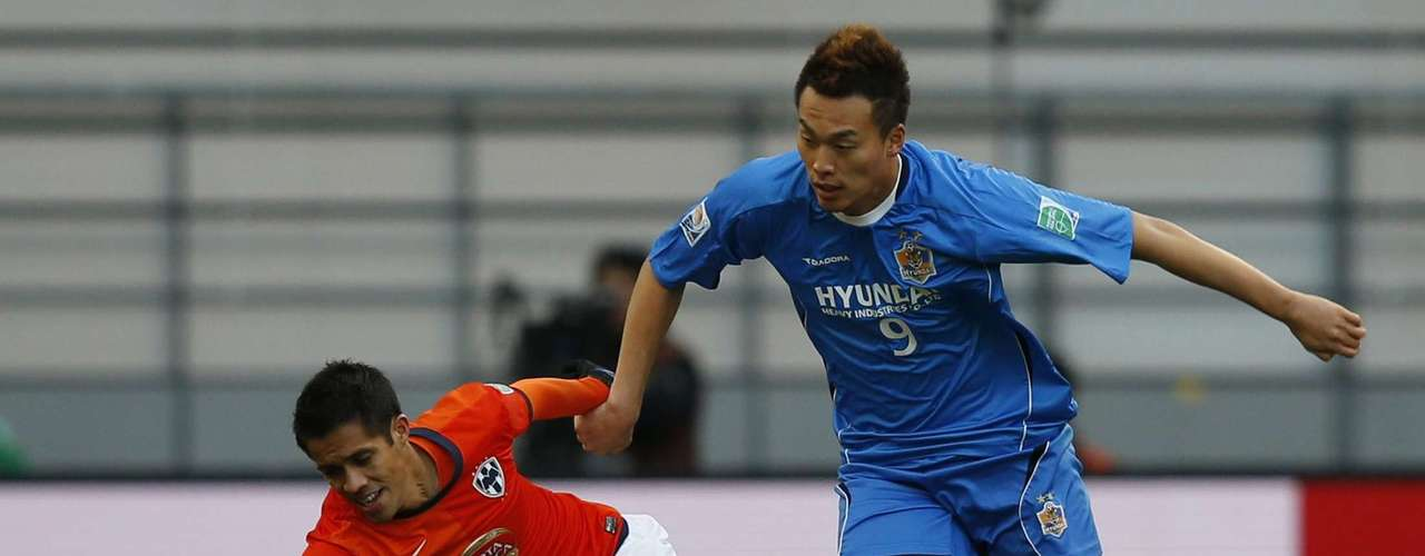 Kim Shin-Wook (R) of South Korea's Ulsan Hyundai and Severo Meza of Mexico's Monterrey fight for the ball.