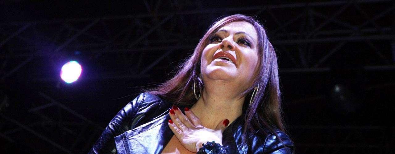 Jenni pisó el escenario de la Arena Monterrey arropada por un vestido corto color negro, acompañada de su tradicional e inseparable banda, integrada por 16 músicos.