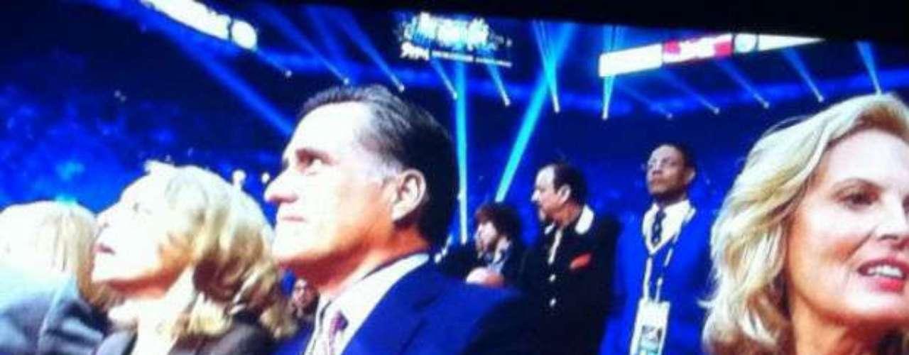 El ex candidato republicano Mitt Romney está presenciando la pelea en ring side, y antes ya pudo saludar a Manny Pacquiao.