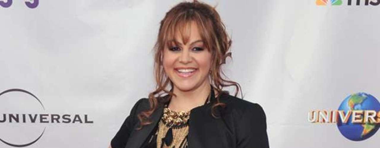 Jenni Rivera, la Diva de la Banda, murió junto a seis pasajeros, incluyendo su mánager Arturo Rivera, y su maquillista, en un accidente aéreo entre Nuevo León y Tamaulipas el 9 de diciembre de este año que termina.