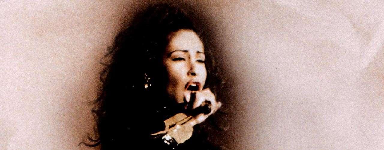 El 31 de marzo de 1995 Yolanda Saldívar, presidenta del club de fans de Selena, acabó con la vida de la estrella. A sus 23 años Selena Quintanilla ocupó un lugar importante en la música, gozaba de fama internacional y ya era considerada como 'La Reina del Tex-Mex'.