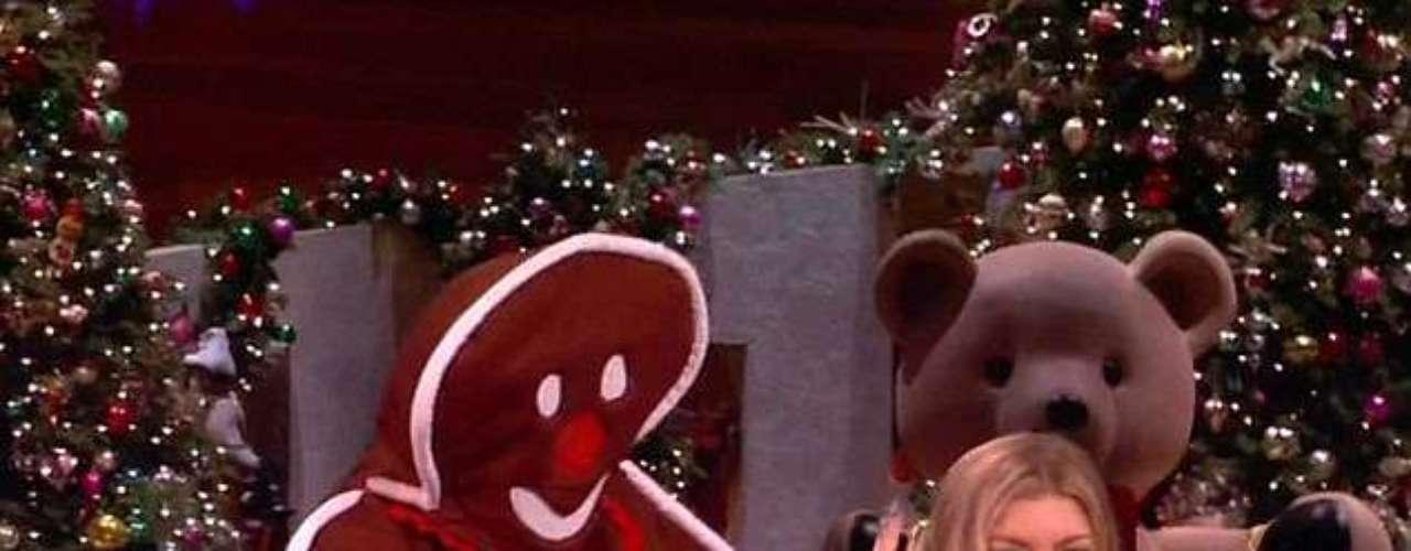 Run run, as fast as you can, I'm gingerbread man. Fergie se pegó un gran susto cuando un gigantesco gingerbread man la visitó por sorpresa durante el show de Ellen DeGeneres.