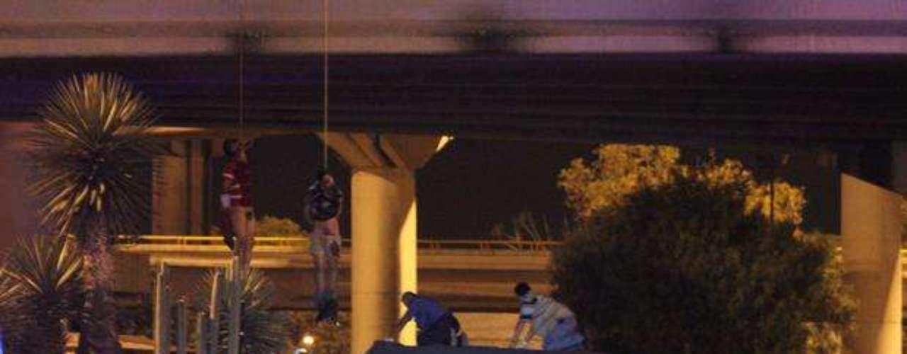 6 de septiembre de 2012 - Investigadores forenses recuperaron los cuerpos de cuatro hombres que se encontraron colgados en un puente en el estado de San Luis Potosí. El reporte del hallazgo se dio pasada la una de la madrugada de en el distribuidor vial Juárez.