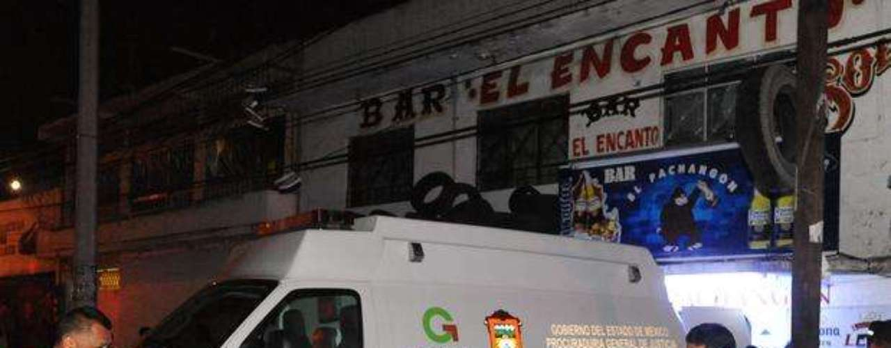 8 de agosto de 2012 - Policías municipales investigaron en el sitio donde un grupo armado mató a seis personas en el interior del bar \