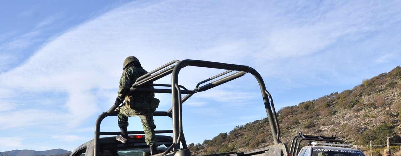 Elementos de la Policía Federal y Fuerza Civil, así como personal del Ejército Mexicano, acordonaron el área del percance con la finalidad de contaminar lo menos posible la zona de recolección de restos.