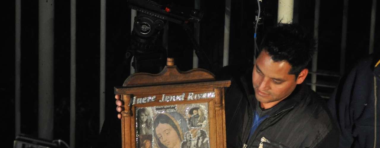 Prensa y fans de Jenni Rivera se agolparon a las puertas de la dependencia para intentar captar, al menos brevemente, los restos mortales de la cantante.