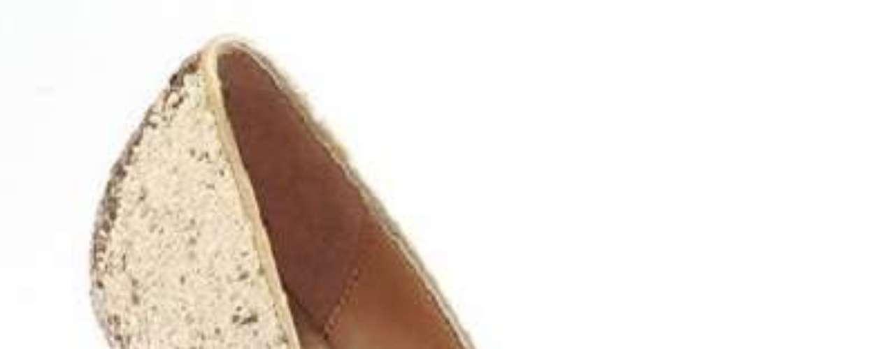 No hay fiestas sin brillos. Para brillar donde vayas, estos zapatos dorados de Candie's. 60 dólares en Kohls.com