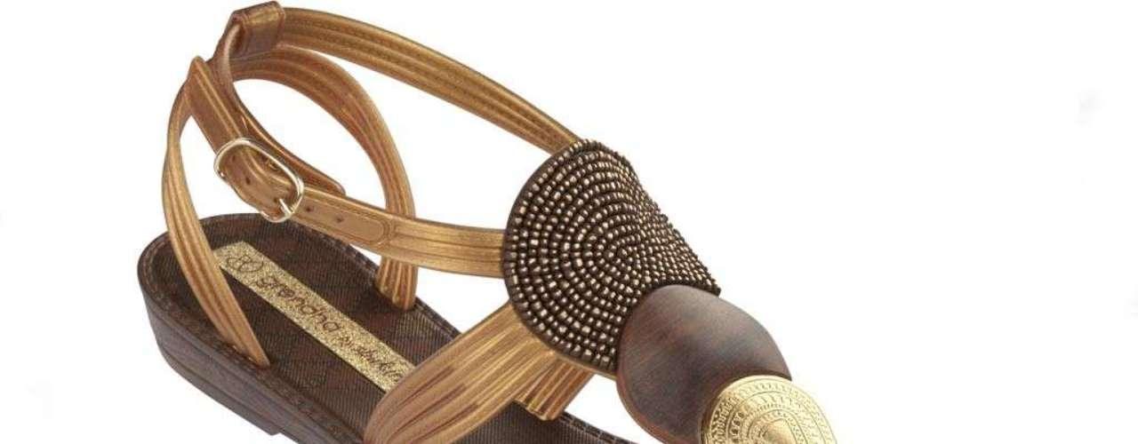 En colaboración con la marca Grendha, Shakira lanza su línea de sandalias con su estilo particular.