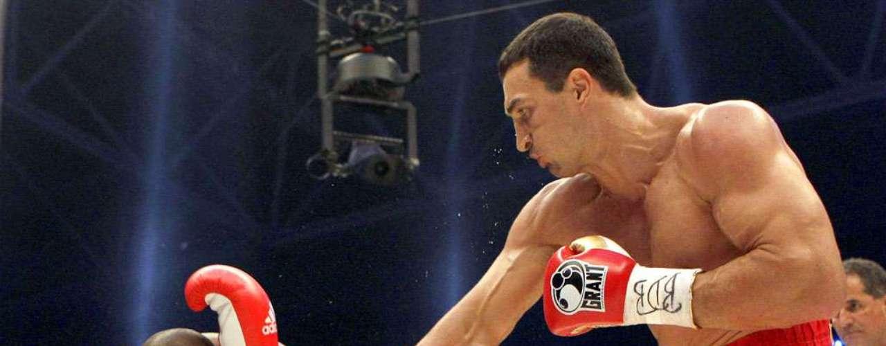 Wladimir Klitschko; País: Ucrania; Récord: 59-3-0 (50 KOs); Títulos: RING, IBF, WBO, WBA heavyweight