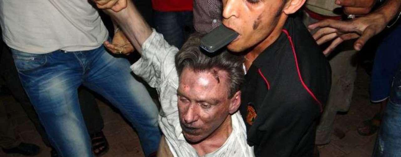 Civiles intentar ayudar al embajador de Estados Unidos en Libia, Christopher Stevens, tras un ataque en la embajada en Bengasi.