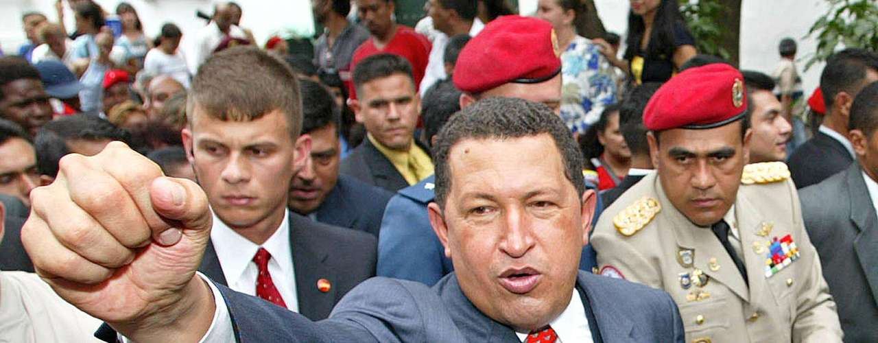 Pero no todos estaban contentos en el país. Así que la polarización política produjo un golpe de Estado contra Chávez el 11 de abril de 2002. El Golpe estuvo enmarcado por fuertes protestas y una huelga general convocada por Fedécamaras (principal organización de gremios empresariales de Venezuela). Frente al Palacio de Gobierno, ubicado en Miraflores, Caracas, se agruparon defensores de Chávez y el enfrentamiento entre ambos grupos produjo tres muertes y dejó 13 heridos.