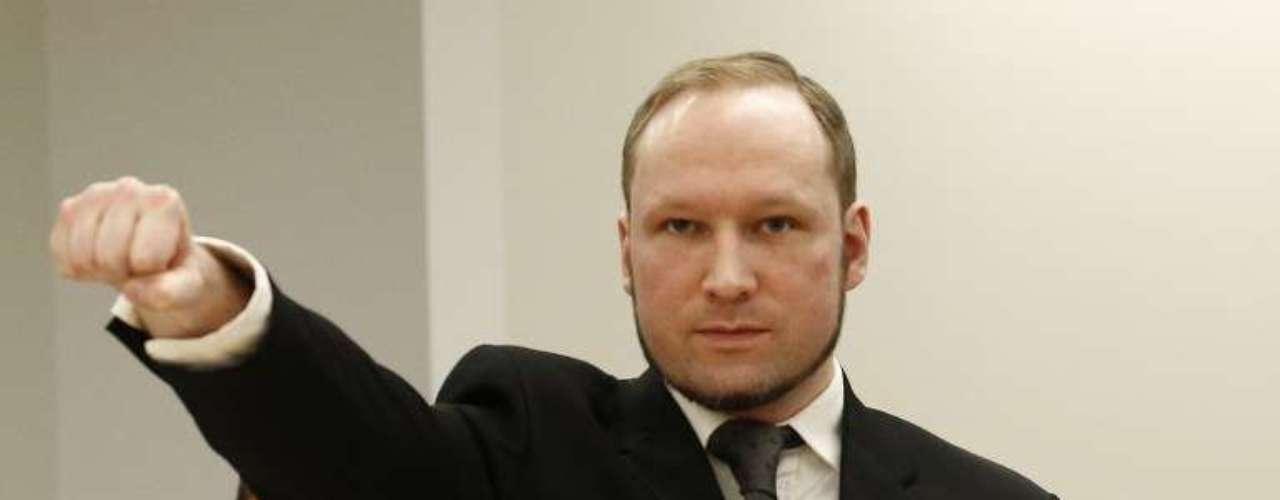 Anders Behring Breivik, autor de un doble atentado en el que murieron 77 pessoas en Noruega, hace un saludo de ultraderecha antes de su juicio.