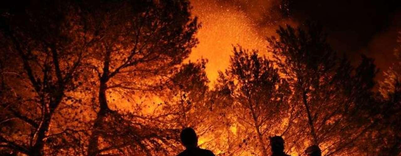Bomberos combaten un incendio forestal en España.