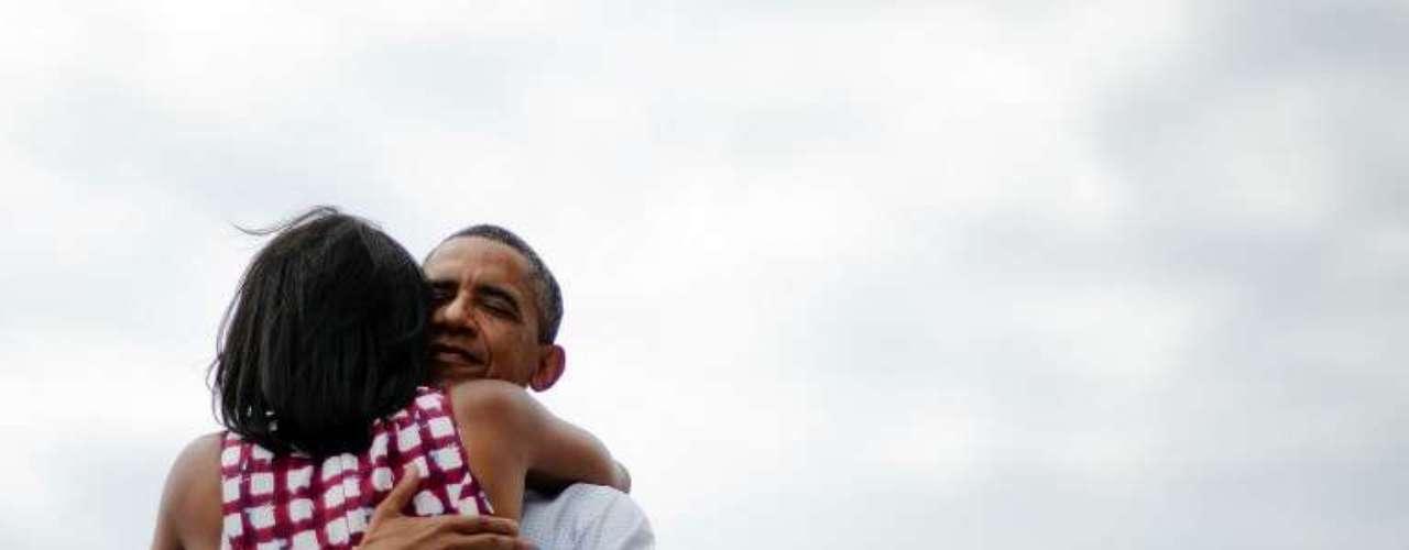 El presidente de Estados Unidos, Barack Obama, abraza a su mujer, Michelle, después de un evento de campaña en Dubuque, Iowa.