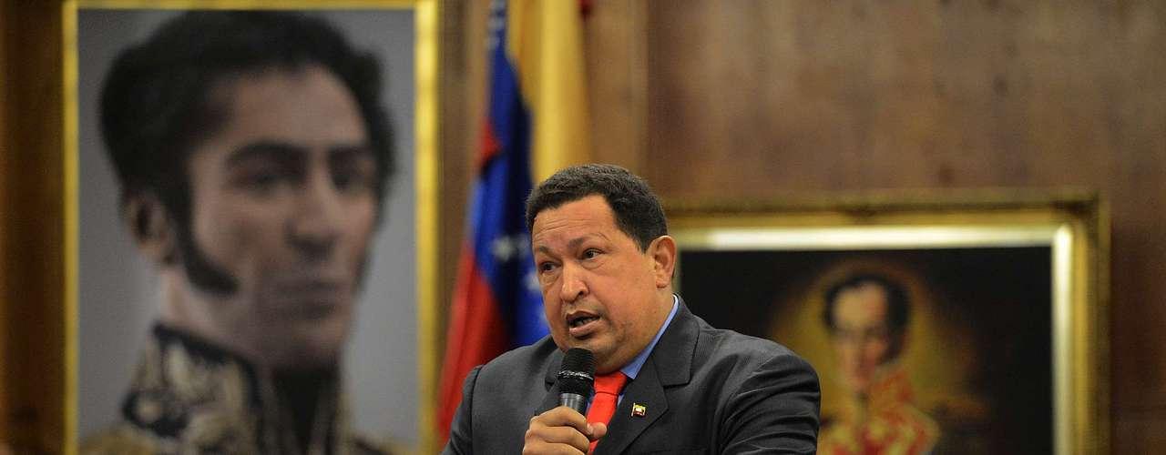 Desde que Chávez anunció que tenía cáncer los rumores sobre su estado de salud le daban la vuelta al mundo. Varios medios sacaron a luz que tenía cáncer de colon, pero el mandatario y sus allegados dijeron que el tumor había sido extirpado y que se encontraba en perfectas condiciones.