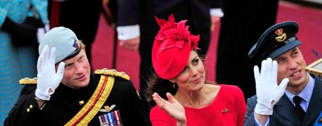 El prícipe Harry, la duquesa Kate y el príncipe William saludan durante un paseo en barco que ccomo parte de las celebraciones del Jubileo de Diamante de la reina Isabel II.
