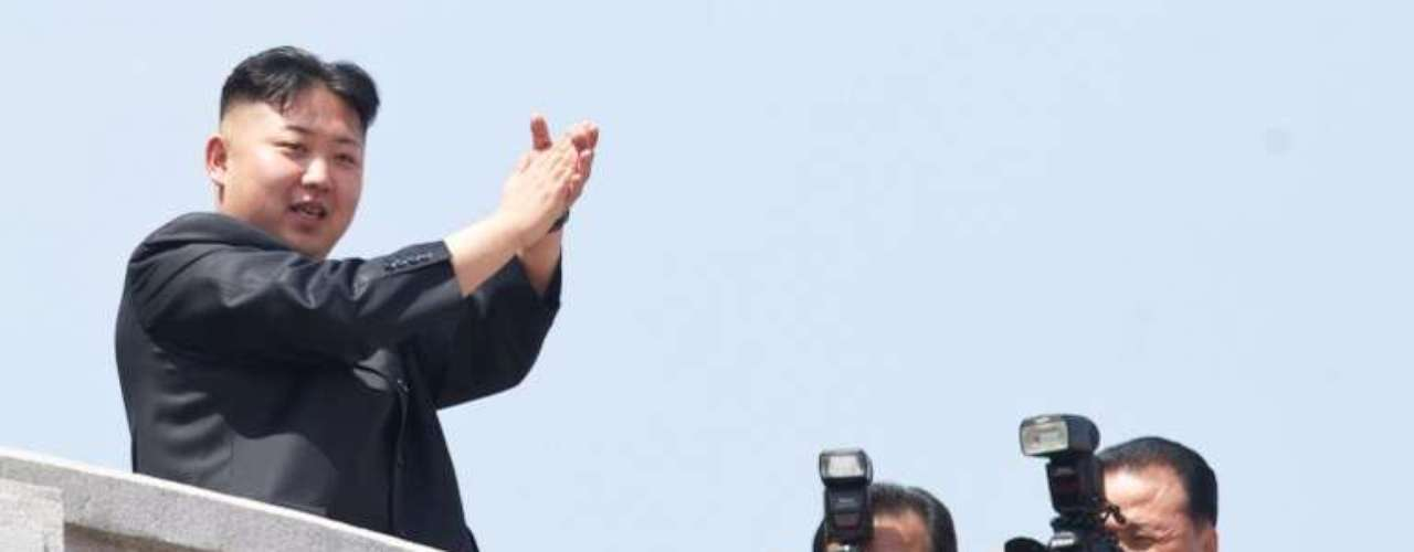 El líder norcoreano, Kim Jong-Un, aplaude durante un desfile militar en Pyongyang.
