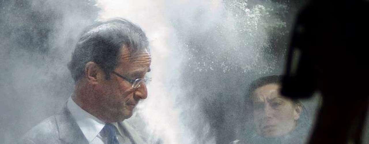 Una mujer arroja harina al entonces candidato a la presidencia de Francia, François Hollande, durante un discurso sobre temas económicos.