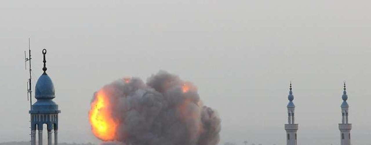 Una explosión alcanza varias constricciones durante una ofensiva aérea en Gaza.