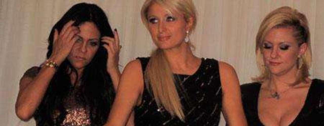 Paris Hilton ya lo ha mostrado todo, así que no tuvo problemas al sentarse y mostrar más de la cuenta.